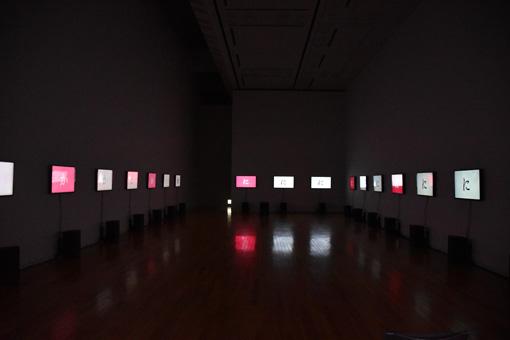 谷川らによる朗読の声、『かっぱ』、『いるか』、『ここ』が大音量のサウンドと共に展示室を駆け巡るように響く