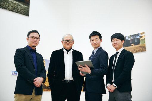 三潴と凸版印刷のアプリ開発メンバー 左から:八木克人(クリエイティブディレクター)、三潴末雄、奥窪宏太(プロジェクトリーダー)、安西慧(テクニカルディレクター)