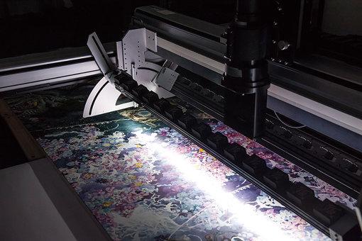 凸版印刷が開発した文化財専用の大型オルソスキャナーを使った『誕生』のデジタルアーカイブ。12分割で画像を歪みなく取得、約30億画素でのデータ化を実現した。(写真提供:凸版印刷)