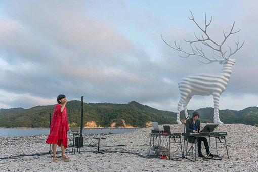 牡鹿半島にて、『Reborn-Art Festival』の様子。左から:Salyu、小林武史(撮影:相川舜)