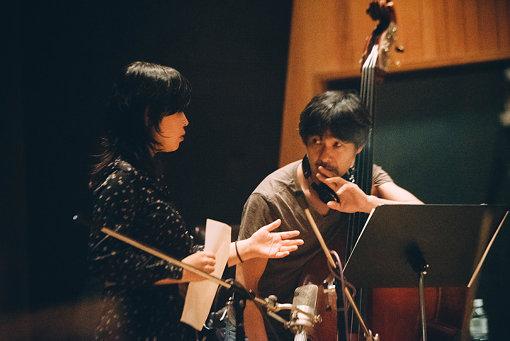 レコーディング風景(左から:石橋英子、伊賀航)