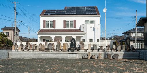 『カオス*ラウンジ新芸術祭2017 市街劇 「百五〇年の孤独」』 / 市街劇の順回路のひとつになっていた、住宅地に突如現れる無縁仏が集められた空き地