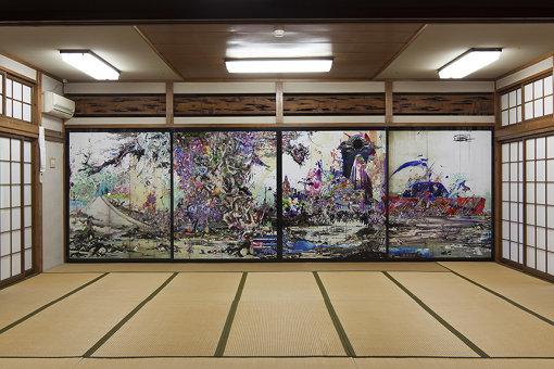 梅沢和木『彼方クロニクル此方』撮影:中川周 / 『カオス*ラウンジ新芸術祭2015 市街劇「怒りの日」』 1回目に平で開催された『怒りの日』。黒瀬:単に忘却されているだけで、平では文化財や志ある人のネットワークがありました。それらを可視化するために、現代美術としてインスタレーションを行いました