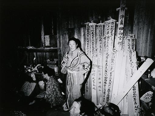 『お堂に泊りこむ老婆 恐山』「婆バクハツ!」より 1969年 ゼラチン・シルバー・プリント