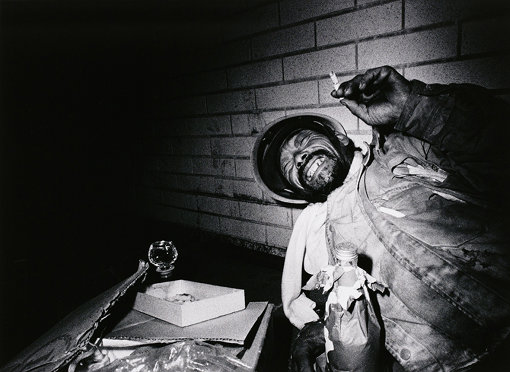 『酒を飲む浮浪者 新宿』「東京 都市の闇を幻視する」より 1970年 ゼラチン・シルバー・プリント