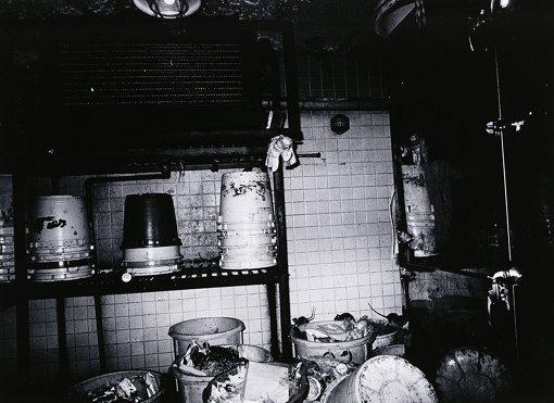 『残飯をあさるネズミの群 銀座』1977年 ゼラチン・シルバー・プリント