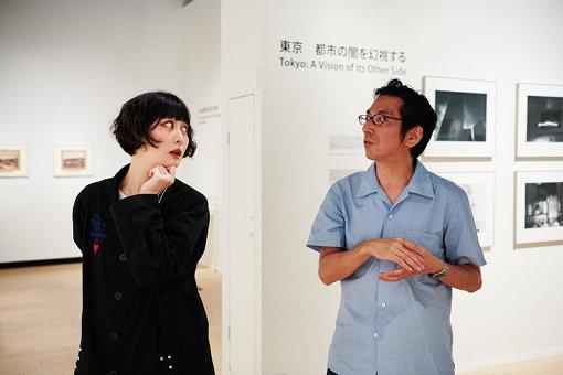 左から:鳥居みゆき、石田哲朗(東京都写真美術館学芸員)
