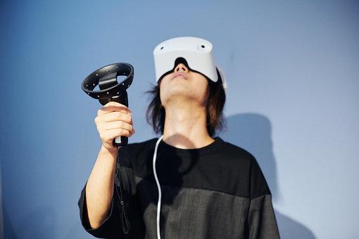 VR空間上では、はるか上空を見上げているこやまたくや