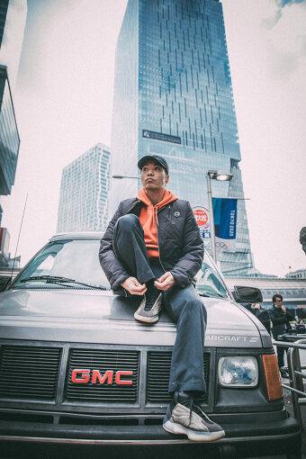 Ryohu(リョフ)<br>ヒップホップクルー・KANDYTOWNのメンバーとしても活動するラッパー / トラックメーカー。2017年にはソロとして本格始動する。Base Ball Bear、Suchmos、ペトロールズ、OKAMOTO'S、あいみょんなど様々なアーティストの作品に客演する。2020年11月、1stアルバム『DEBUT』をリリースした。
