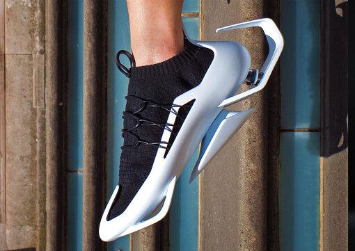 JR東日本特別賞『NewHere Prize』:『City Glider - Next Gen Footwear』Phua Wei Qiang Frederick / 歩幅と歩行閾値を広げることで歩行体験を向上させるフットウェア。かかとからの衝撃で消費された力を利用し、中心位置でそれを解放することによってユーザーを最大12%前進させる。 パンデミック後も効率的で持続可能なモビリティの未来に向けて、一歩前進するものであると考えている。