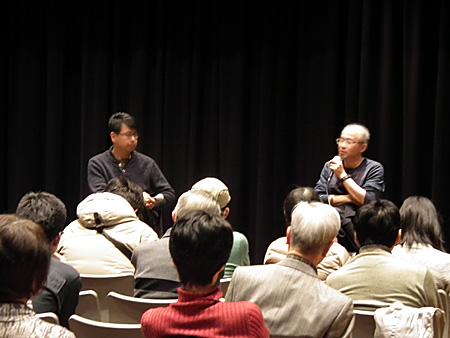 3月11日に行なわれた、「KAAT舞台芸術講座 舞台演出家と映画監督が読み解く ドストエフスキー『悪霊』」 青山真治(映画監督)×三浦基のトーク風景