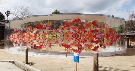 堀荒神明香『reflectwo』2008 造花、アクリル、ワイヤー サンパウロ近代美術館 courtesy of SCAI, Tokyo