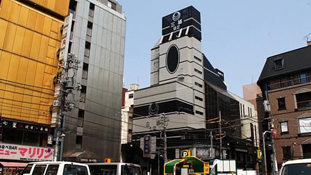 ポストモダン建築・新宿区歌舞伎町二番館(1970年 /竹山実)『だれも知らない建築のはなし』 ©Tomomi Ishiyama