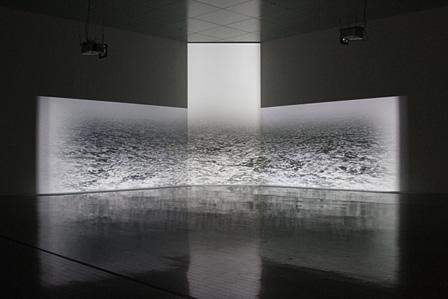 『われらの時代:ポスト工業化社会の美術』束芋『TOZEN』展示風景