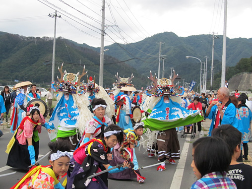 『大槌まつり』での臼澤鹿子踊 2012年 撮影:公益社団法人 全日本郷土芸能協会