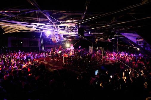『大地の芸術祭 2015 YEN TOWN BAND @NO×BUTAI produced by Takeshi Kobayashi』ライブ風景