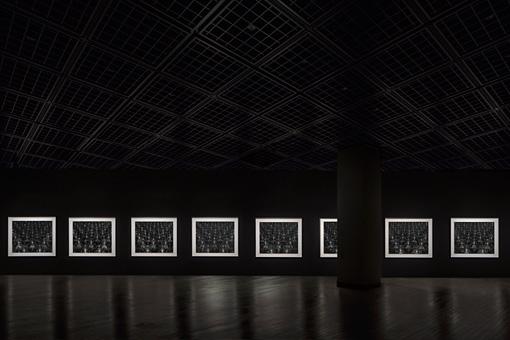 「仏の海」1995年(展示風景) ©Sugimoto Studio