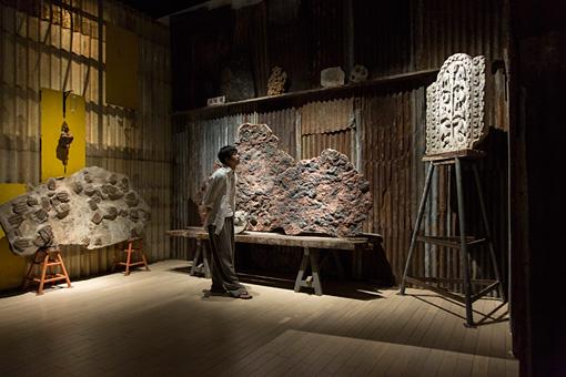 「古生物学者」のコーナー。左が三葉虫、中央が海百合(ウミユリ)の化石、右が生命の樹
