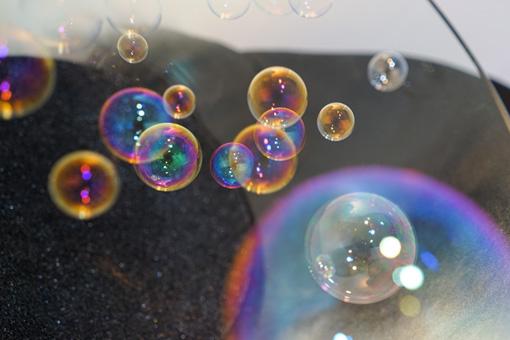 『干渉する浮遊体』(2015)Photo:水落大 / 透明の大きな器の中に、空中に静止する球体を浮かべている