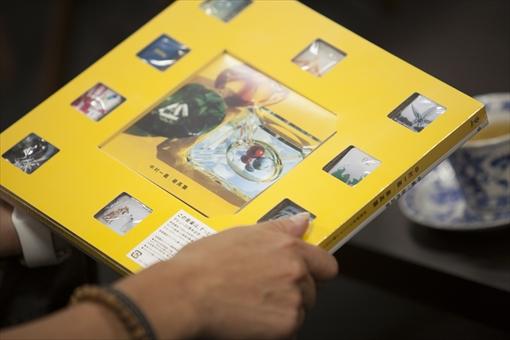 『最高築』の初回限定盤には、佐内正史による約60ページの写真集が特典として付属する