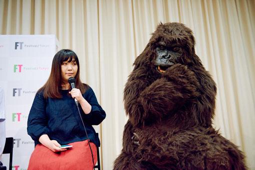 まちなかパフォーマンスシリーズ『快快』の『GORILLA ~人間とはなにか~』について会見を行う、作・演出の北川陽子(左)と、山崎皓司(右)