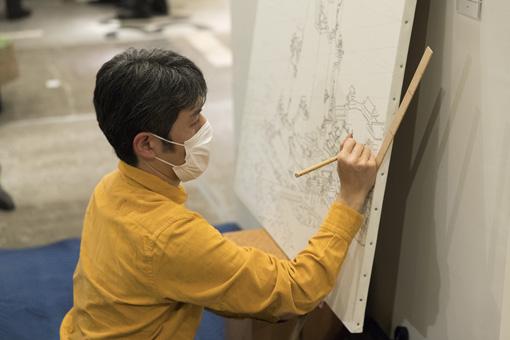 会田誠『東京都庁はこうだった方が良かったのでは?の図』の下絵を元に、山口晃は会場で『都庁本案圖』を制作していた