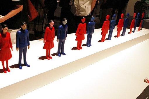 男女の人形がだんだんと抽象化されていく『抽象度のオブジェ』