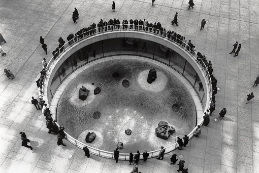 イサム・ノグチ『チェイス・マンハッタン銀行プラザのための沈床園』1961-64 ニューヨーク©The Isamu Noguchi Foundation and Garden Museum, New York / Artist Rights Society [ARS] - JASPAR. Photo by Arthur Levine.</p>