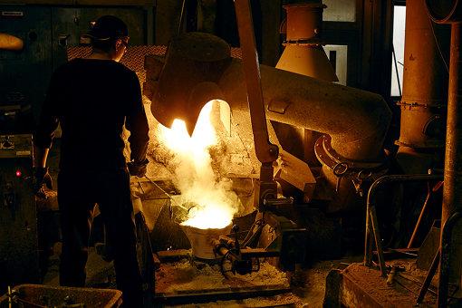 工房で銅器を制作している様子