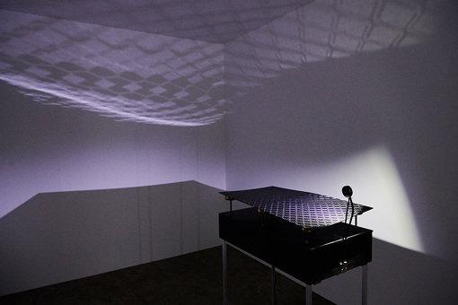 「9+1」チームメンバー坂本洋一による、漆の反射を活かした作品『CRAFTSCAPE』