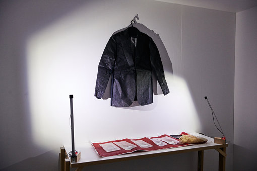 「9+1」チームメンバー高松太一郎により、絶縁体の特質を持つ漆を利用した衣服のプロトタイプ『CRAFTEXTILE』