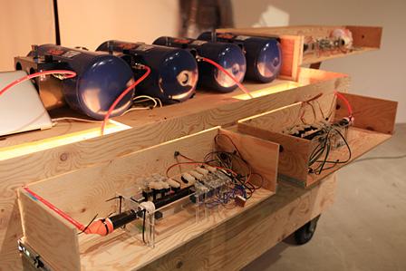 4機のエアーコンプレッサーとリコーダー ©Tokyo Wonder Site