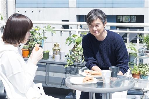 手作りのサンドイッチを食べる杏里と航 / 『パパ活』 ©エイベックス通信放送/フジテレビジョン